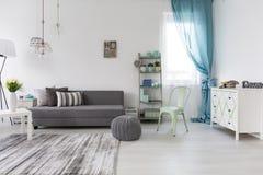 Sala de estar espaciosa con el sofá cómodo Imágenes de archivo libres de regalías