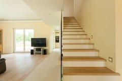 Sala de estar espaciosa con la escalera Imágenes de archivo libres de regalías