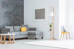Sala de estar espaciosa con la pintura foto de archivo libre de regalías