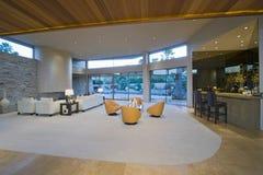 Sala de estar espaciosa por área de la barra contra el pórtico Foto de archivo