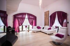 Sala de estar espaciosa y moderna Imagen de archivo