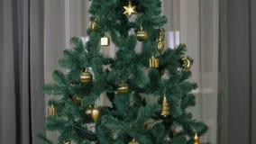 Sala de estar giratoria del árbol de navidad en casa El abeto con la decoración de oro gira Efecto del movimiento de la Navidad d almacen de video