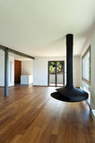 Sala de estar grande con la estufa de madera Imágenes de archivo libres de regalías