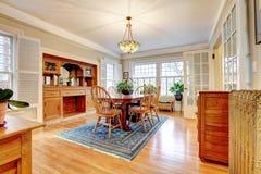 Sala de estar grande del estilo clásico Imagenes de archivo
