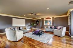 Sala de estar grande del teatro casero con los sofás grises imagen de archivo