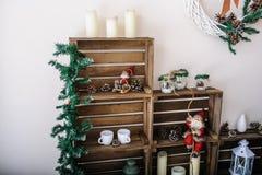 Sala de estar hermosa adornada para la Navidad Foto de archivo