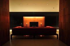Sala de estar hermosa con el sofá y Imagenes de archivo
