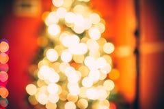 Sala de estar hermosa del Año Nuevo con el árbol de navidad adornado Imágenes de archivo libres de regalías