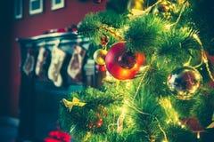 Sala de estar hermosa del Año Nuevo con el árbol de navidad adornado Fotos de archivo