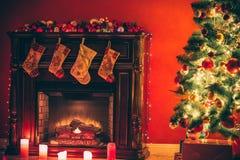 Sala de estar hermosa del Año Nuevo con el árbol de navidad adornado Fotografía de archivo
