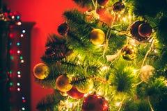 Sala de estar hermosa del Año Nuevo con el árbol de navidad adornado Imagen de archivo libre de regalías