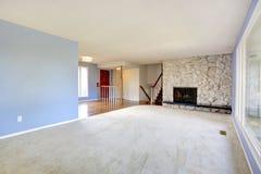 Sala de estar hermosa vacía con una chimenea Imagen de archivo libre de regalías