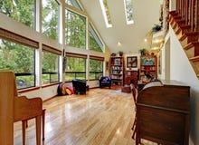 Sala de estar impresionante con el alto techo foto de archivo