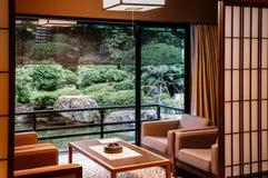 Sala de estar japonesa del hotel del vintage con el jardín del zen de las puertas deslizantes imágenes de archivo libres de regalías