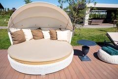 Sala de estar luxuosa da praia no dia ensolarado fotografia de stock