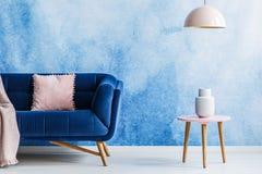 Sala de estar mínima rosada azul y suave del estilo Interior con oscuridad imagen de archivo libre de regalías