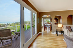 Sala de estar marrón de lujo con los suelos de madera dura. Foto de archivo libre de regalías