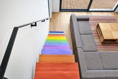 Sala de estar moderna coloreada multi de las escaleras de la madera dura Imagen de archivo