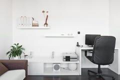 Sala de estar moderna con el escritorio del ordenador Fotografía de archivo libre de regalías