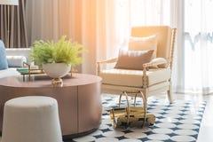 sala de estar moderna con el sistema de almohadas en el sofá foto de archivo libre de regalías