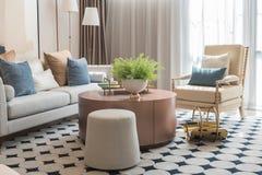 sala de estar moderna con el sistema de almohadas en el sofá fotografía de archivo