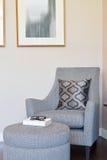 Sala de estar moderna con la almohada en la butaca gris Fotografía de archivo
