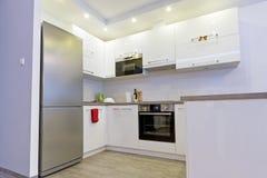 Sala de estar moderna con la cocina Foto de archivo libre de regalías