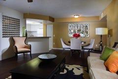 Sala de estar moderna con la decoración imagen de archivo