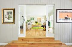 Sala de estar moderna con las puertas francesas Fotos de archivo