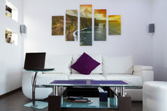 Sala de estar moderna con los acantilados de la lona de Moher Foto de archivo