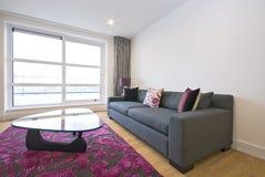 Sala de estar moderna con muebles del diseñador Foto de archivo