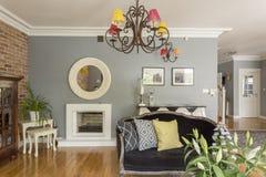 Sala de estar moderna con muebles en diversos estilos del diseño Imagenes de archivo