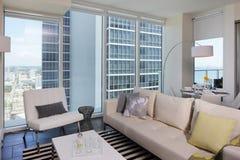 Sala de estar moderna con una visión imagenes de archivo