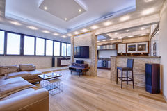 Sala de estar moderna del diseño interior, propiedades inmobiliarias urbanas Fotografía de archivo libre de regalías