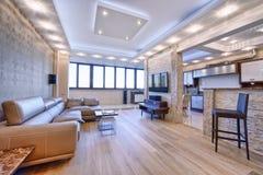 Sala de estar moderna del diseño interior, propiedades inmobiliarias urbanas Imágenes de archivo libres de regalías