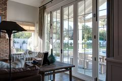 Sala de estar moderna del hogar de la mansión foto de archivo libre de regalías