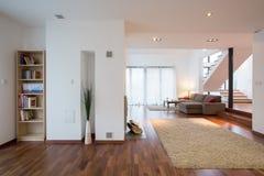 Sala de estar moderna en la mansión Imágenes de archivo libres de regalías
