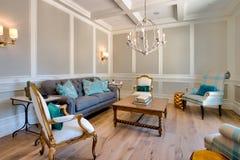 Sala de estar moderna de la familia de la mansión imagenes de archivo