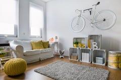 Sala de estar por completo de las ideas de la decoración Fotografía de archivo libre de regalías