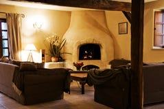Sala de estar rústica acogedora. Imagenes de archivo