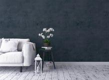 Sala de estar rústica con el sofá, palmatoria, orquídea, taburete viejo fotos de archivo