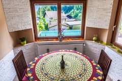 Sala de estar rústica con la piscina Fotografía de archivo