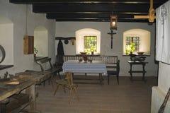 Sala de estar rústica interior por la ventana imagen de archivo libre de regalías