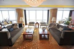 Sala de estar rodeada por las ventanas grandes Imágenes de archivo libres de regalías