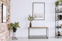 Sala de estar simple con el cartel foto de archivo