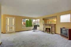 Sala de estar simple con la alfombra Fotos de archivo libres de regalías