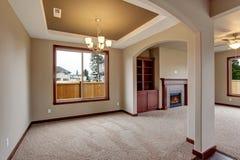 Sala de estar sin amueblar preciosa con la alfombra Imágenes de archivo libres de regalías