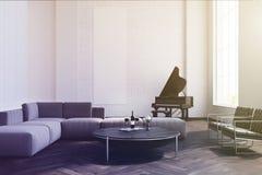 Sala de estar, sofá blanco y piano entonados Imagen de archivo