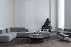 Sala de estar, sofá y piano blancos Imagen de archivo