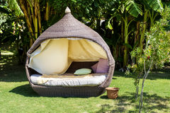 Sala de estar sunbed em um jardim verde Fotografia de Stock Royalty Free